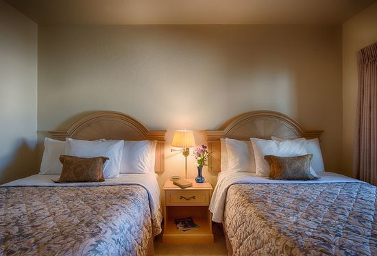 Beach House Inn and Suites: Suite with 2 full Beds