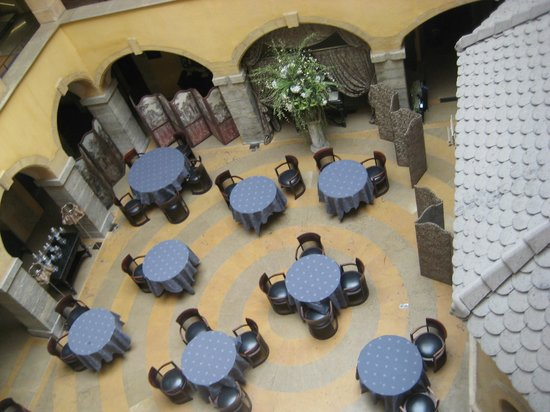 Cour des Loges: Central courtyard set out for breakfast