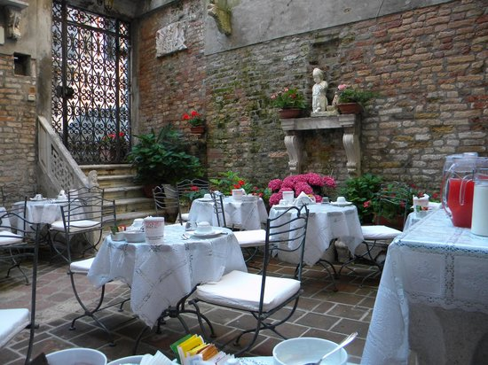 Hotel Al Ponte Mocenigo: Breakfast in the courtyard