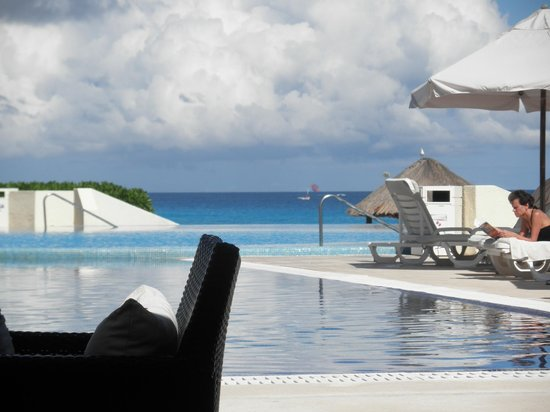 Live Aqua Cancun All Inclusive : poolside view