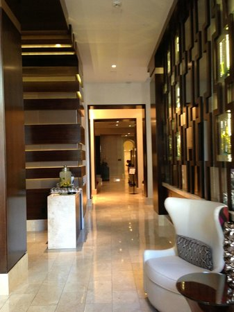 Hotel Adagio: Lobby (on your way to the elevators and the small restaurant)