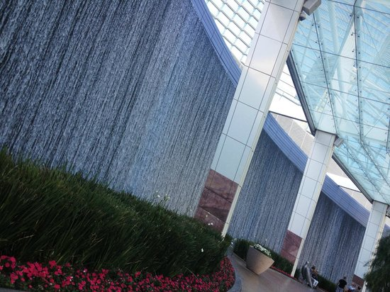 ARIA Resort & Casino: Water walls in main entrance