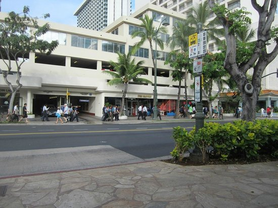 OHANA Waikiki East Hotel: In front of hotel