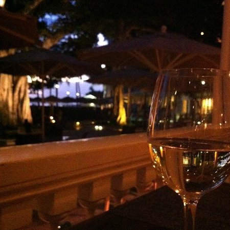 Moana Surfrider, A Westin Resort & Spa: Enjoy a glass of wine at the Beach house restaurant
