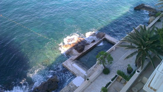 Hotel Excelsior Dubrovnik: View of the outdoor pool from our room 310