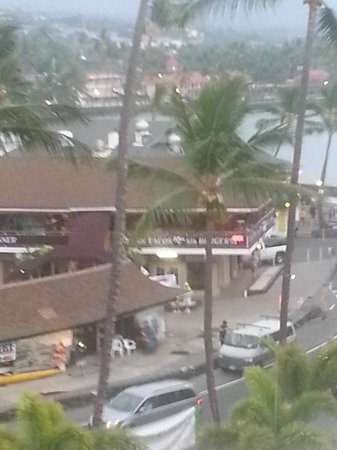 Courtyard King Kamehameha's Kona Beach Hotel: View of Ali'i Drive from King Kam Hotel