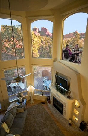 Sedona Cathedral Hideaway: Cathedral Rock view from 1st or 2nd floor. Very peaceful!
