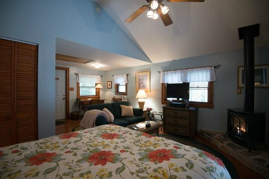 Lovill House Inn - Bed and Breakfast: Romantic cottage w/private deck