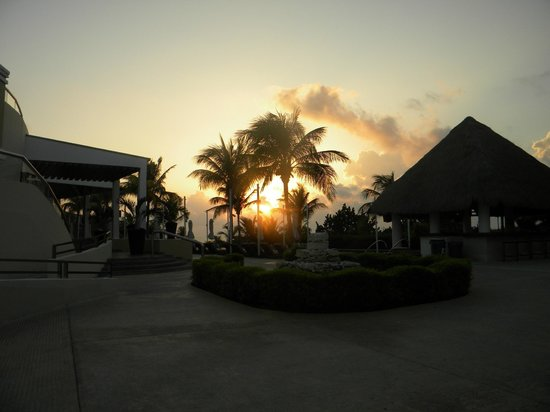 Moon Palace Golf & Spa Resort: sunrise at the pool in the Grand section