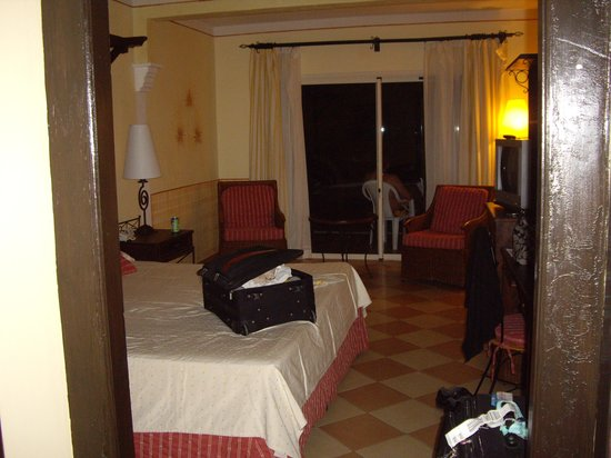 Melia Las Dunas : First room .. ground floor gardenview.. old, stained and tired