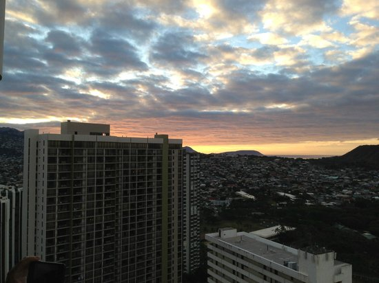 ‪‪Waikiki Beach Marriott Resort & Spa‬: View of sunrise from room‬