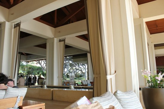Wailea Beach Marriott Resort & Spa: Lobby, loved sitting here relaxing or drinking my Starbucks latte!