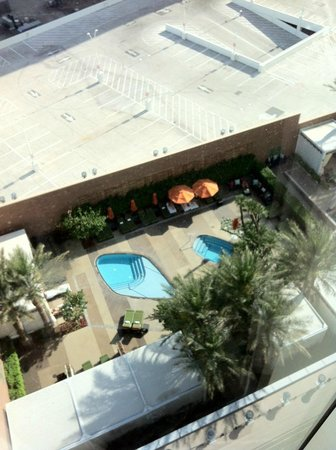 Mandarin Oriental, Las Vegas : Pool area view from 22nd floor window/elevator bank area