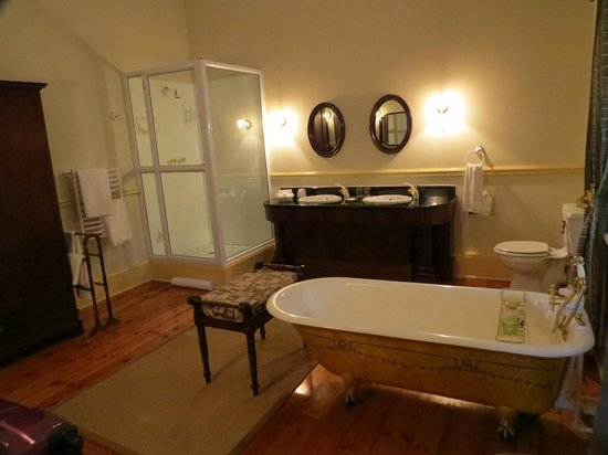 African Pride Hacklewood Hill Country House: The hige bathroom