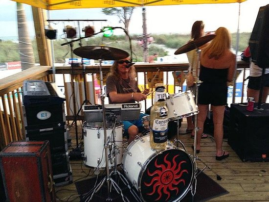 ‪‪Howard Johnson Resort Hotel - St. Pete Beach‬: One-man band at the Toasted Monkey bar.‬