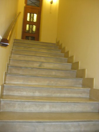 La Papessa Guest House: steps from papessa to elevator on 3rd floor.