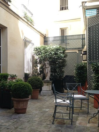 Hotel de l'Abbaye Saint-Germain: Front patio