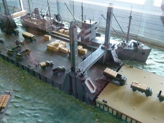 Arromanches-les-Bains, France: The Mulberry Harbour - There are some great models