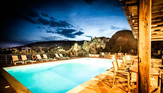 Vigles Apartments: Pool by night