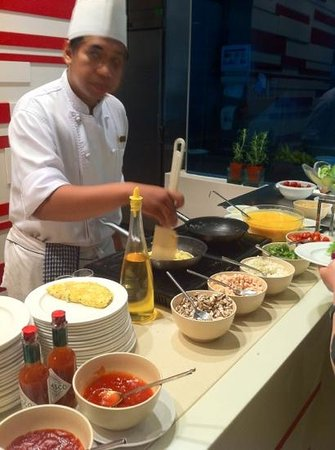 Shangri-La Hotel Kuala Lumpur: omelettes cook to your liking by the chef