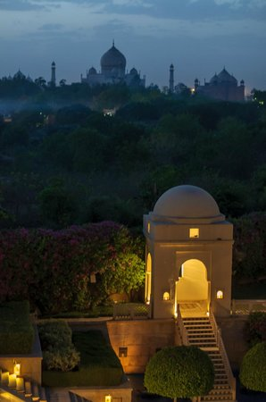 The Oberoi Amarvilas: Taj and small pavillion in the grounds