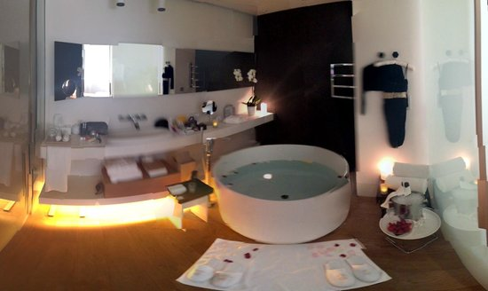 Mandarin Oriental, Barcelona: Bathroom with giant tub - romance package with Champagne and strawberries