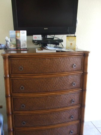 Tropical Shores Beach Resort: Nice size chest of drawers