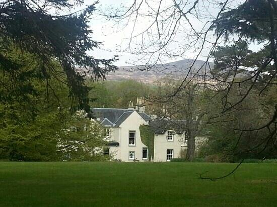 Spean Lodge: Beautiful lodge - view from the gardens