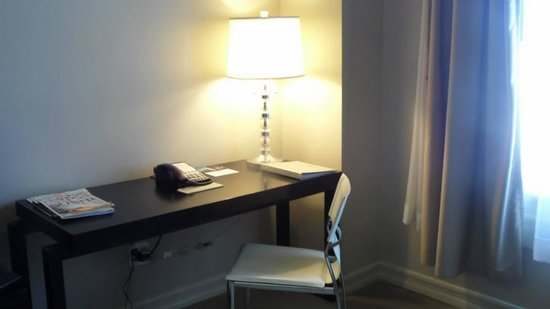 Hollywood Roosevelt Hotel - A Thompson Hotel: Desk in my room