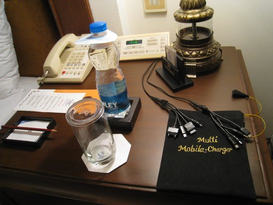 Sheraton Park Hotel & Towers: Multi phone charger provided