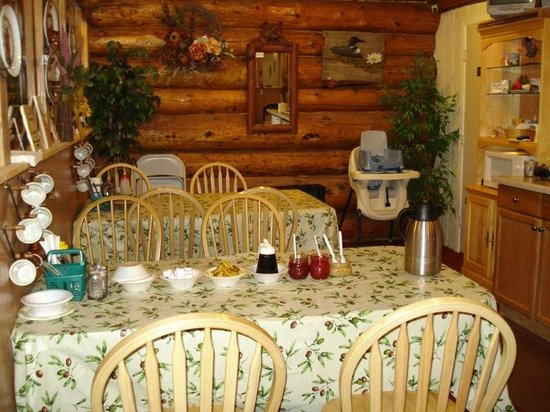 Tok, AK: Our cozy breakfast area