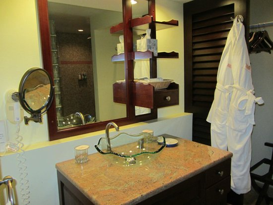 Frangipani Beach Resort: Bathroom and robes