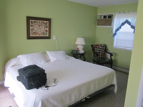 Elizabeth, IL: Queen bed