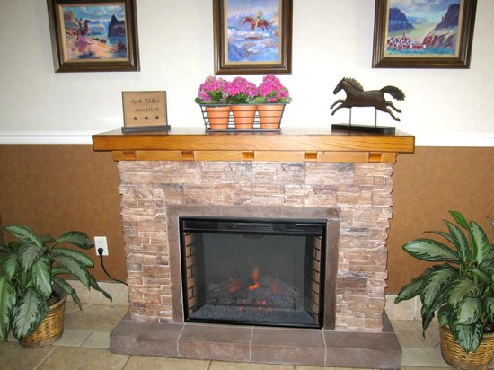 Boothill Inn & Suites: Fireplace in lobby
