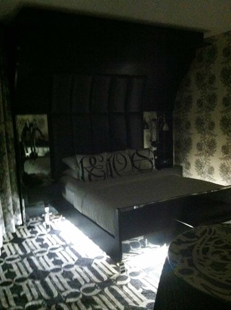 Night Times Square: Room from entranceway