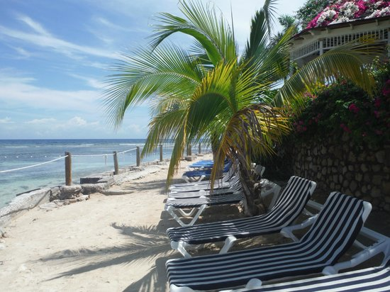 Holiday Inn SunSpree Resort Montego Bay: Beach area with lounge chairs