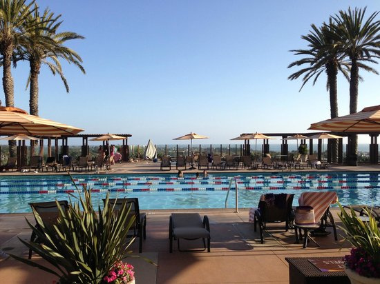 Grand Pacific Palisades Resort and Hotel: View from the lobby over the serenity pool to the ocean - beautiful!!