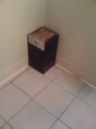 La Te Da Hotel: Rusty box in bathroom