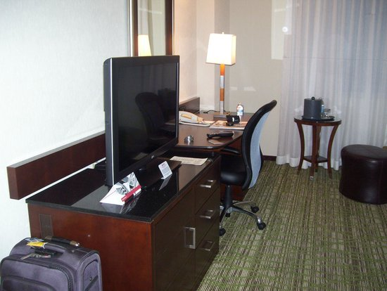 Philadelphia Airport Marriott: TV and work station