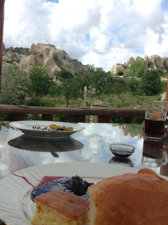 Flintstones Cave Hotel and Pension: Colazione all'aperto con vista