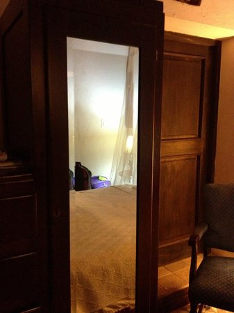 Villa Herencia: Full length mirror in room