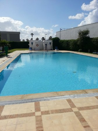 Vue de l 39 ext rieur picture of ibis el jadida el jadida for Piscine brighton