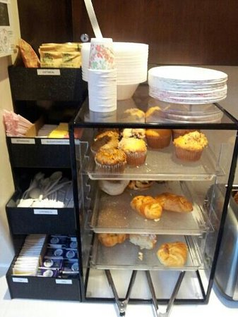Nesva Hotel: muffins and pastries