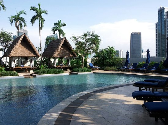 The Ritz-Carlton Jakarta, Mega Kuningan: Amazing tropical roof garden with skyline