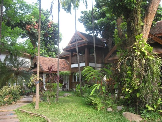 Baan Orapin Bed and Breakfast: The Grounds/Rear Building