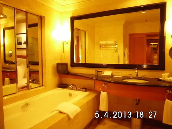 Pan Pacific Manila: Bathroom