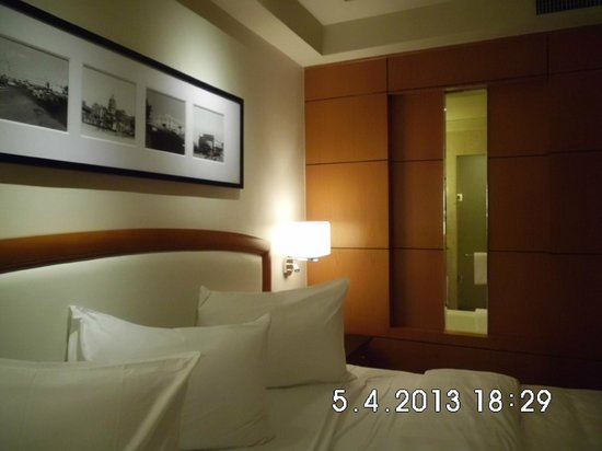 Pan Pacific Manila: Wall Decor & see-through bathroom