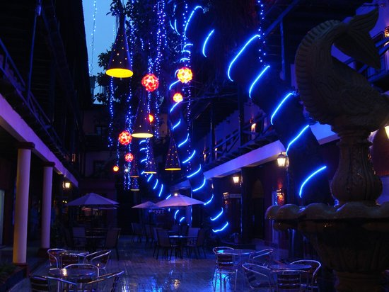 Hotel la Siesta: Patio at night