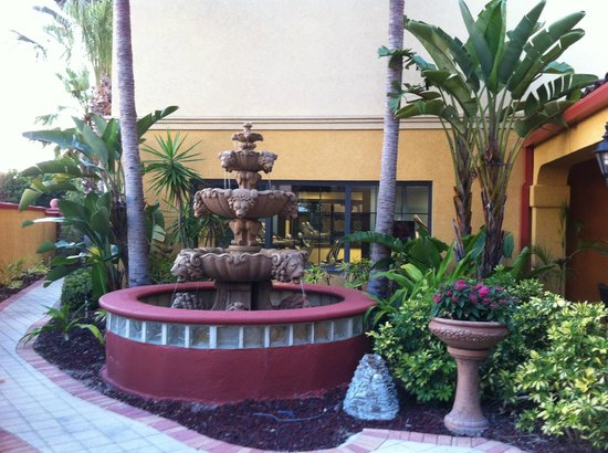Hampton Inn & Suites St. Augustine-Vilano Beach: Fountain Courtyard