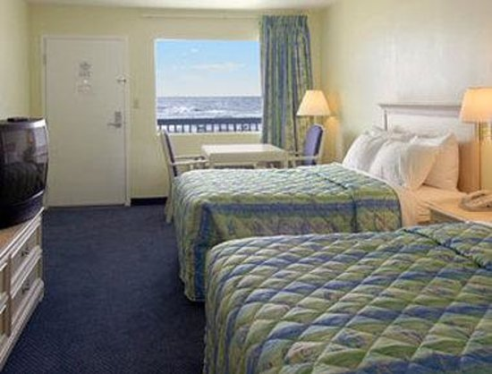 Days Inn Pensacola Beachfront: Standard Two Queen Bed Room
